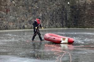 im-winter-schlauchboot-eisrrettung-hamburg